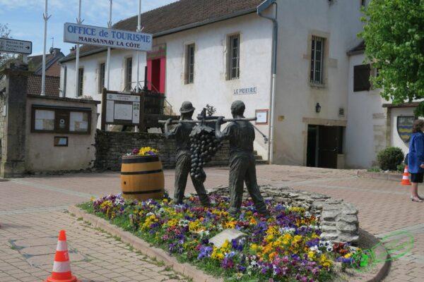 Place devant l'hôtel de ville de Marsannay-la-Côte