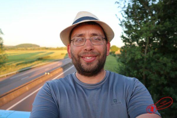 Selfie au dessus d'une autoroute