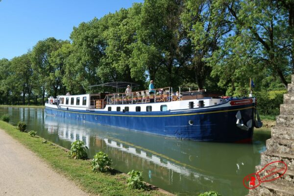 Péniche sur la canal de Bourgogne à l'entrée d'une écluse